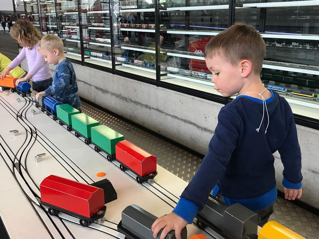 KITA Stärnschnuppe Ausflüge Verkehrshaus: mit Zügen spielen