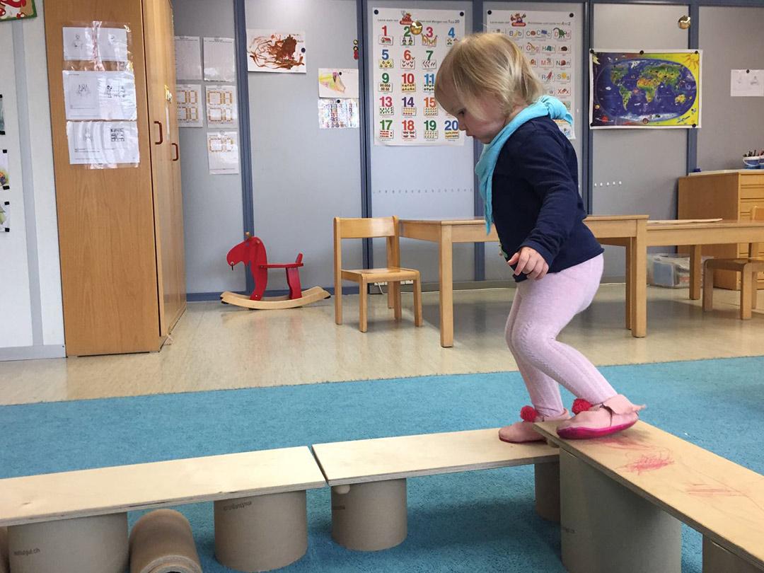 KITA Stärnschnuppe Bewegung: Balancieren auf Mut-tut-gut Materialien