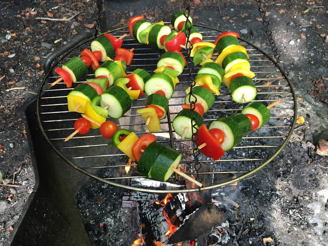 KITA Stärnschnuppe Waldgruppe: Gemüsespiesse auf dem Feuer gemacht