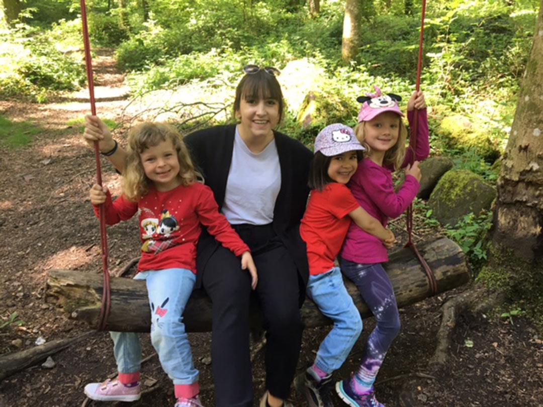 KITA Stärnschnuppe Waldgruppe: zu viert auf der Waldschaukel