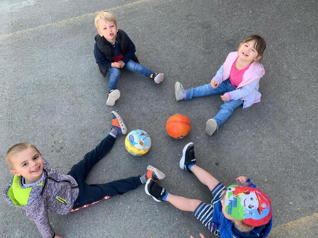 KITA Stärnschnuppe täglich Draussen: Ballspiel