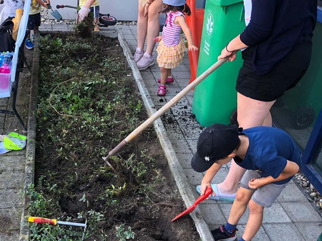 KITA Stärnschnuppe täglich Draussen: Unseren Garten pflegen und jäten