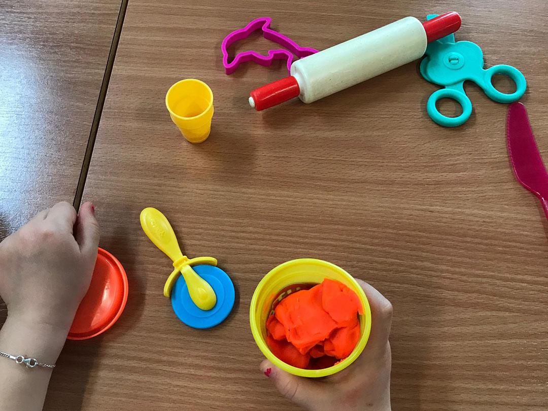 KITA Stärnschnuppe Basteln und Malen: kneten mit vielen verschiedenen Werkzeugen