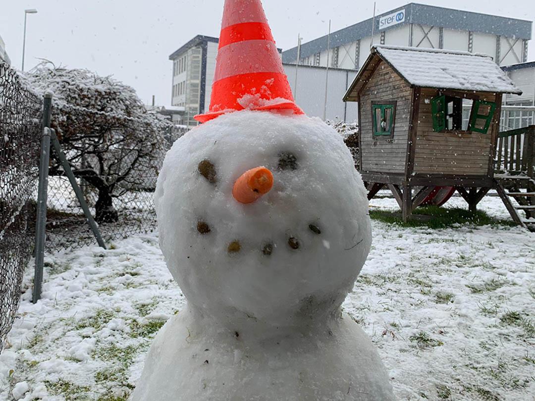 KITA Stärnschnuppe Babygruppe:i m Garten wohnt ein Schneeman